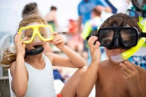 image of children wearing snorkels and googles preparing for snorkeling at Shell Island